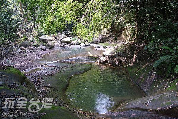 在這裡聆聽小溪與瀑布交織而成的樂曲令人陶醉/玩全台灣旅遊網攝