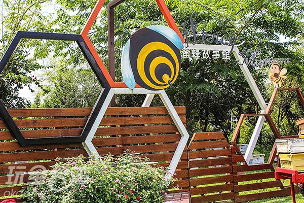 蜜蜂故事館位在綠色隧道旁,顯眼的蜜蜂招牌讓人難以忽視/玩全台灣旅遊網特約記者57魔法Ling攝