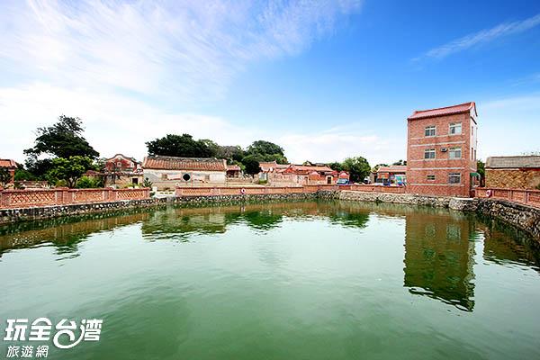 大大的水池是水頭村的重要特色/玩全台灣旅遊網攝