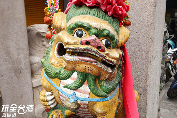 牌坊下方的石獅子笑得好可愛/玩全台灣旅遊網攝
