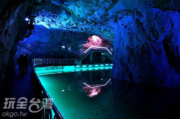 坑道內有著燈光的陪襯,更加充滿神秘氣息/玩全台灣旅遊網攝