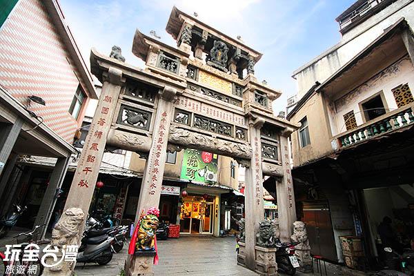 邱良功母節孝坊旁有很多知名小吃齊聚在此地喔!/玩全台灣旅遊網攝