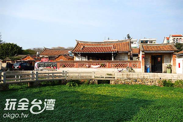 聚落的所有建築都面向中央大潭/玩全台灣旅遊網攝