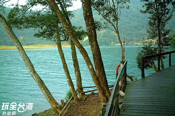 緣著湖邊而設的步道相當貼近日月潭/玩全台灣旅遊網攝