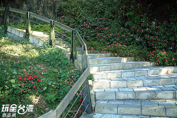 沿著石階緩緩漫步可以通往慈恩塔喔/玩全台灣旅遊網攝