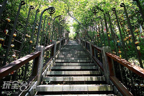 走吧!一起往上爬或從文武廟對岸往下走,沿路低頭尋找自己的生日吧/玩全台灣旅遊網攝