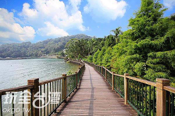 依著日月潭水濱而建的親水步道,坡度平緩舒適/玩全台灣旅遊網攝