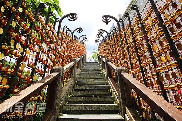 兩側的牆上掛滿祈福小燈籠,充滿喜氣/玩全台灣旅遊網攝