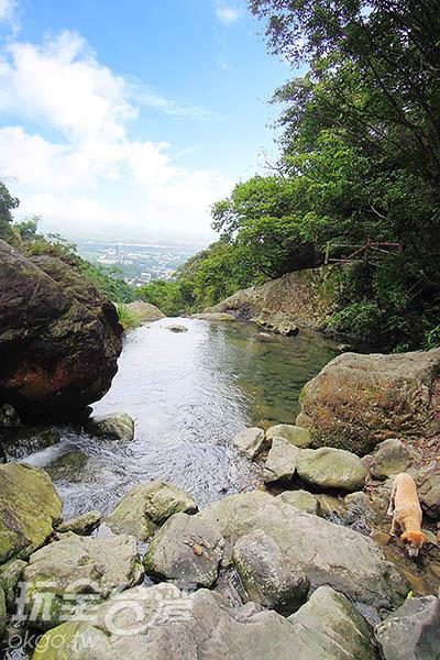 瀑布上游是一片遼闊的景色/玩全台灣旅遊網特約記者吳明倫攝