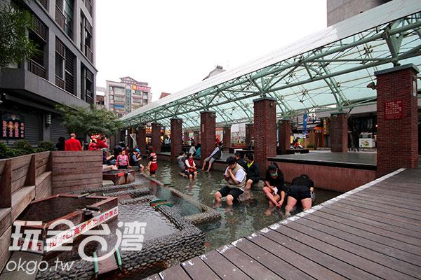 大人小孩相約來這裡享受泡腳的樂趣/玩全台灣旅遊網攝