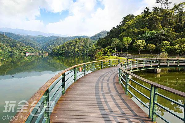 吃完餐點沿著步道環湖散步,渡假就該這樣的悠哉/玩全台灣旅遊  網特約記者吳明倫攝