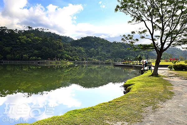 帶著餐點來到湖邊野餐帶點浪漫又有著愜意/玩全台灣旅遊網特約  記者吳明倫攝