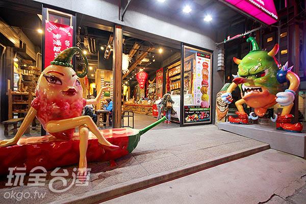 大門有辣妹跟辣椒魔王等著客人上門/玩全台灣旅遊網攝