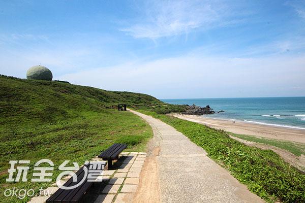 從「富貴角燈塔」步行可以抵達老梅沙灘/玩全台灣旅遊網攝