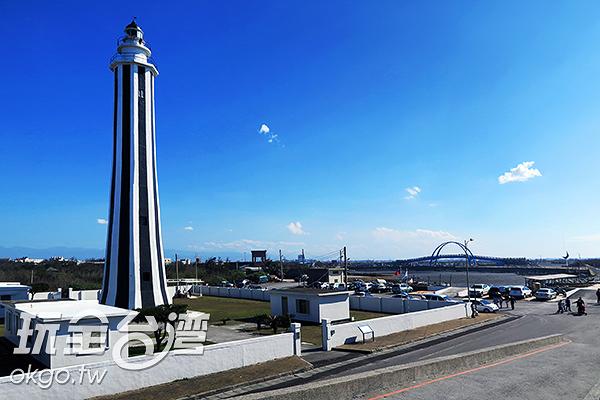 燈塔矗立在王功漁港旁,民眾可到附近的海濱玩水、挖蛤蠣/玩全台灣旅遊網攝