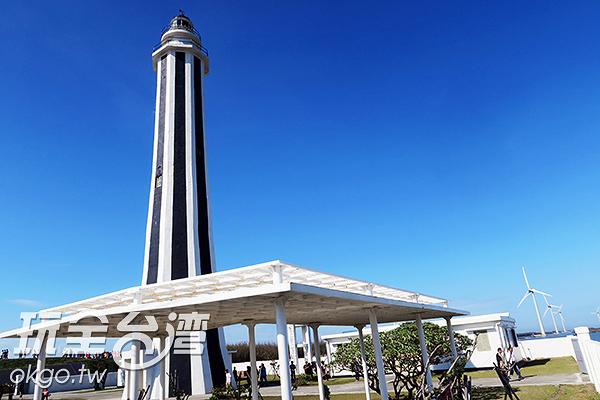 黑白相間直條紋塔身的芳苑燈塔相當特別/玩全台灣旅遊網攝