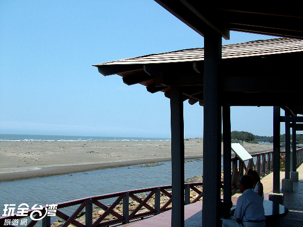永安海濱公園內美麗的海景,一旁還設置了觀景平台/玩全台灣旅遊網攝