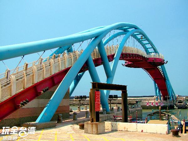 連接兩端的觀海橋,散發著浪漫氣息/玩全台灣旅遊網攝