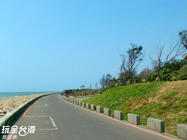 在綠色走廊上悠閒騎著自行車,邊欣賞如此遼闊的海天一色。/玩全台灣旅遊網攝