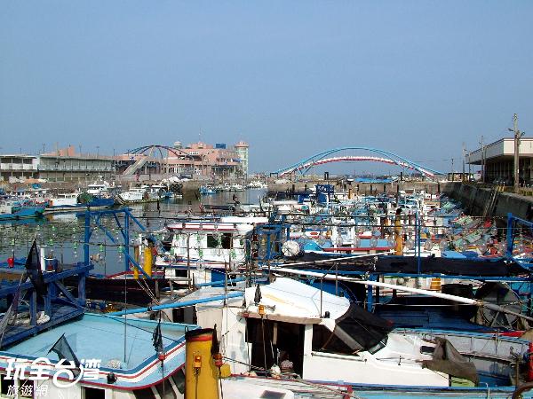 漁業發達,聚集了許多漁船的永安港口/玩全台灣旅遊網攝