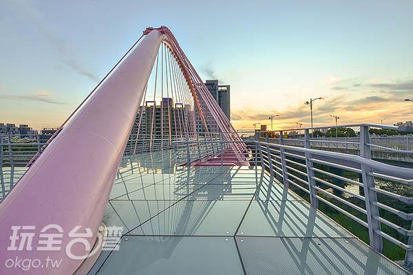 隨著入夜後,橋身打上了燈光/玩全台灣旅遊網特約記者陳健安攝