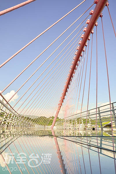 倒映著橋上玻璃也非常漂亮/玩全台灣旅遊網特約記者陳健安攝