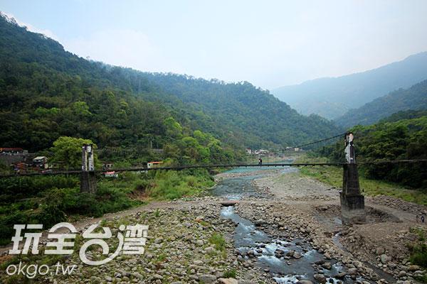 從遠處望去的內灣吊橋景觀/玩全台灣旅遊網攝