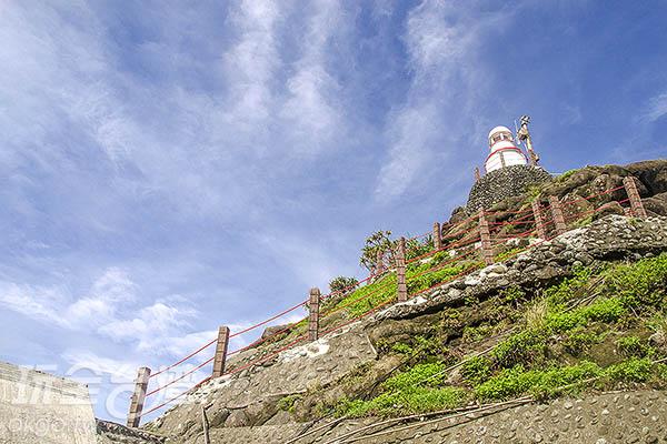 一旁則為停用的小燈塔/玩全台灣旅遊網特約記者陳健安攝