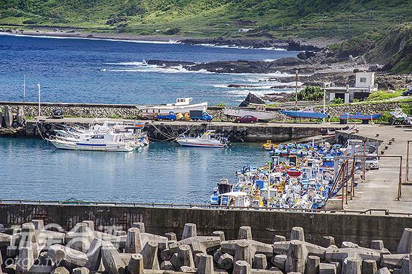 亞麻色調的漁港停放著色彩繽紛的漁船/玩全台灣旅遊網特約記者陳健安攝
