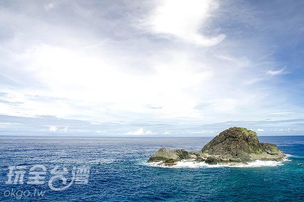 看著湛藍的海水拍打的礁岩/玩全台灣旅遊網特約記者陳健安攝