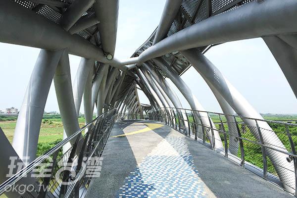 遮光板以不規則幾何圖形設計感十足/玩全台灣旅遊網特約記者Joe鄭攝