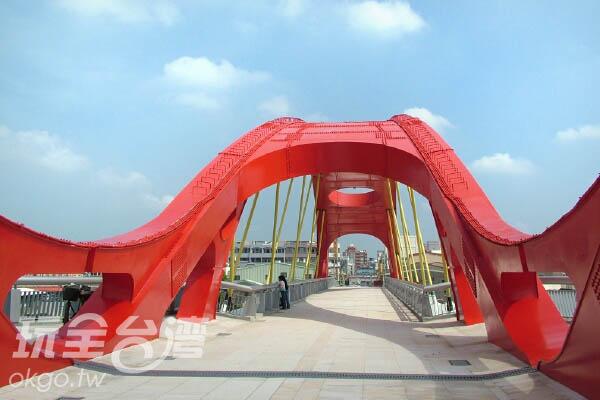 紅色及金色為主的大橋更顯現出當地特色/玩全台灣旅遊網攝