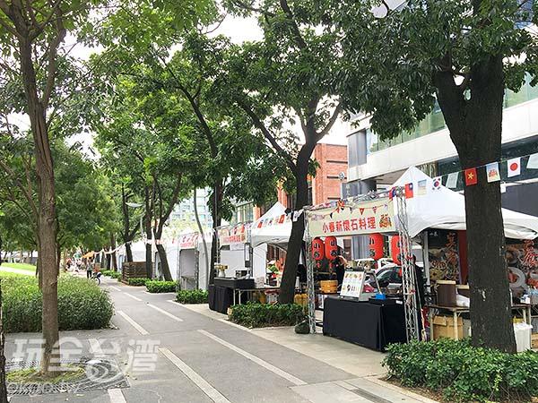 周邊也販賣著各國美食,讓您邊聽音樂邊品嘗來在各地的好滋味/玩全台灣旅遊網攝