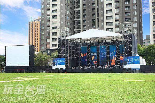 在舞台整片草皮都是表演搖滾區!/玩全台灣旅遊網攝