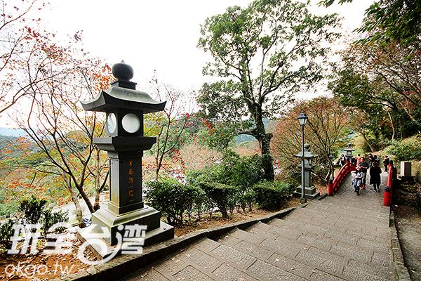 拱北殿內的日式造景與楓紅讓人誤以為來到日本/玩全台灣旅遊網攝