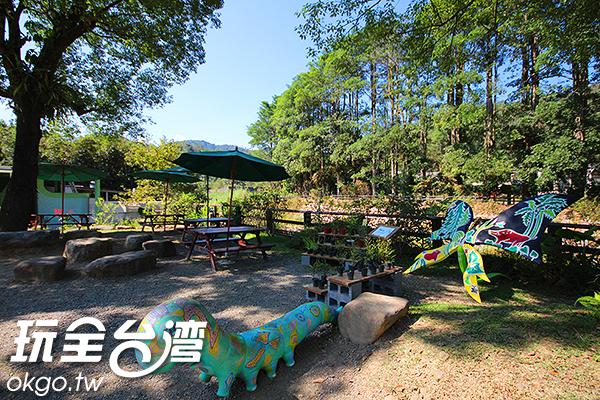 提早道的遊客也可以先在紙教堂園區內欣賞美麗的生態景觀唷!/玩全台灣旅遊網攝