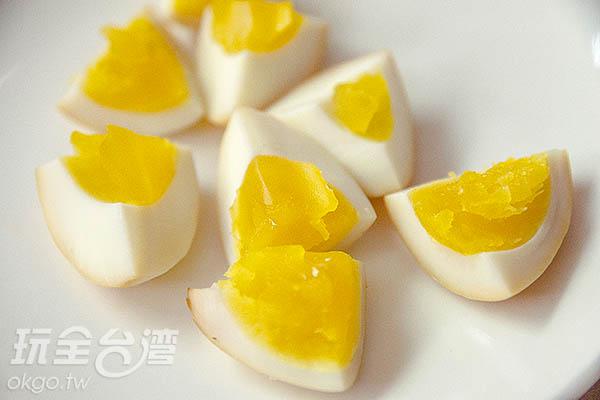濃郁的煙燻香氣,蛋白Q彈而蛋黃鬆軟/玩全台灣旅遊網特約記者陳健安攝