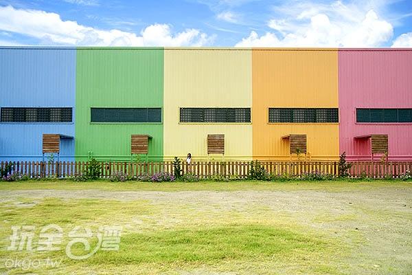 大面積的彩虹牆,會是下一個IG熱門打卡景點嗎?/玩全台灣旅遊網特約記者陳健安攝