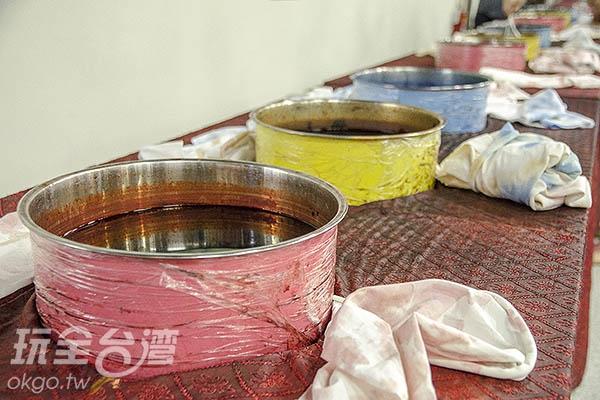 體驗工坊內可將體驗包內的白色緞帶染色/玩全台灣旅遊網特約記者陳健安攝