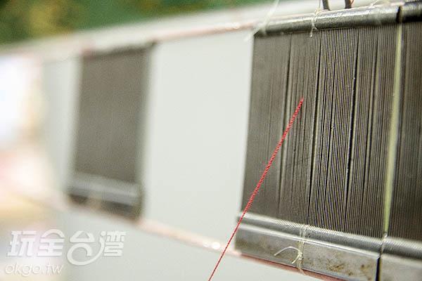 一針一線穿過鋼扣皆由人工操作,考驗師傅們的眼力與巧手/玩全台灣旅遊網特約記者陳健安攝