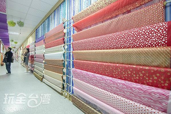 長廊擺著五顏六色的工藝布/玩全台灣旅遊網特約記者陳健安攝