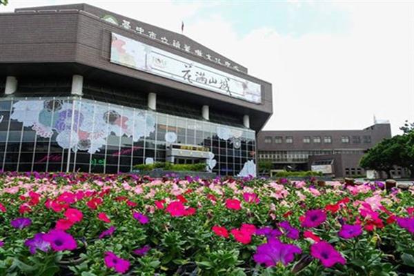 葫蘆墩文化中心被花海簇擁著/臺中花都藝術季官方提供