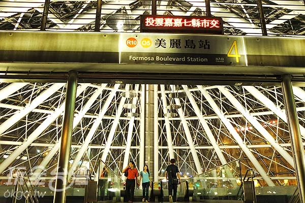 就連捷運站出口都能是高雄的一大特色美景。/玩全台灣旅遊網特約記者阿辰攝