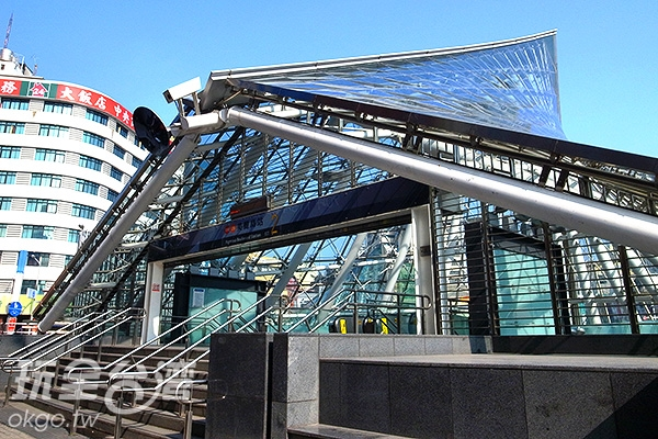 捷運美麗島站圓環四座出入口建築散發魅力強烈,別具設計美感。/玩全台灣旅遊網特約記者阿辰攝