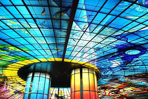 對於這片艷麗斑斕的光之穹頂,驚嘆是必然的。/玩全台灣旅遊網特約記者阿辰攝