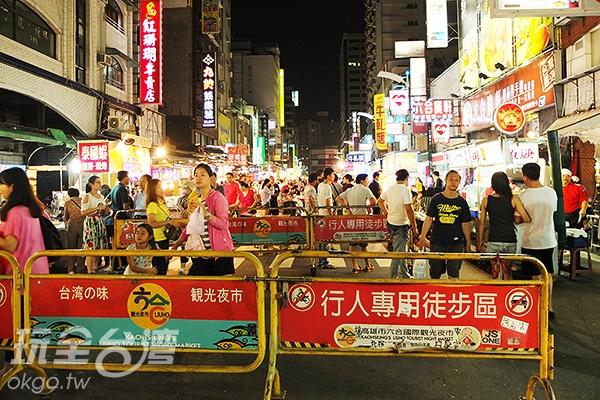 六合夜市內擁有百多攤、五花八門的商家聚集,吃喝玩樂樣樣皆有。/玩全台灣旅遊網特約記者阿辰攝
