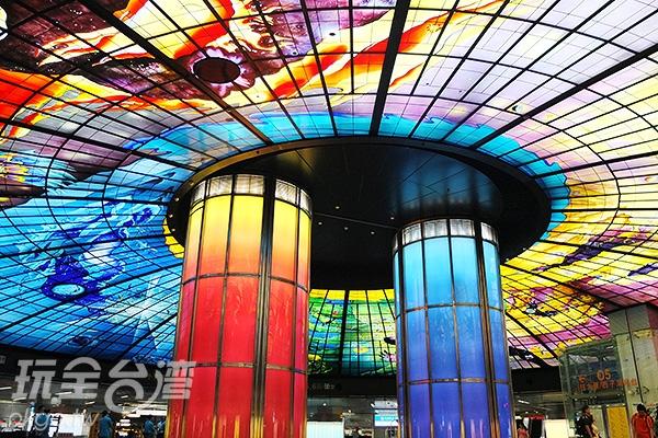在這片玻璃鑲嵌藝術空間底下,每抬頭,都會感受到磅礡張力。/玩全台灣旅遊網特約記者阿辰攝