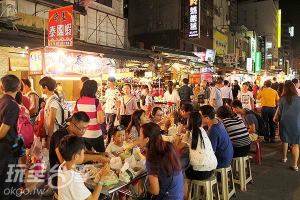 每當夜燈挑起,六合夜市逐漸湧進大批觀光人潮,熱鬧滾滾。/玩全台灣旅遊網特約記者阿辰攝