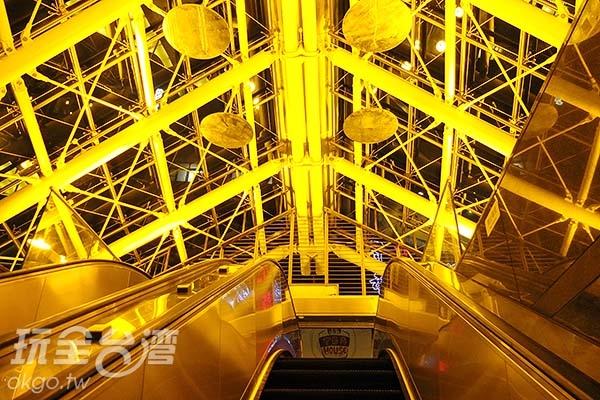 有金光、銀光閃耀著出入口站體,讓人迷戀於它獨特的藝術氣息之下。/玩全台灣旅遊網特約記者阿辰攝