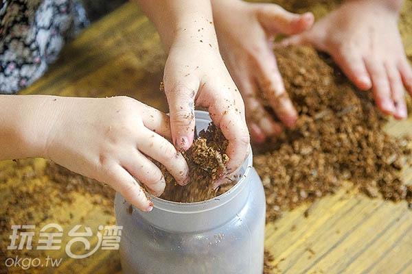 將培養土壤弄碎後裝進菌瓶內/玩全台灣旅遊網特約記者陳健安攝